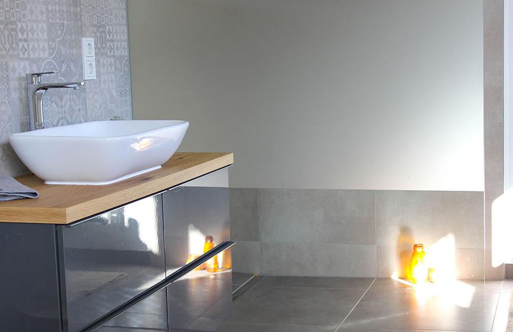 Das insgeheime Highlight des Ferienhauses: Das Haupt-Bad. Fenster sorgen für genügend natürliches Licht, durch Rolläden ist die Privatsphäre dennoch geschützt.