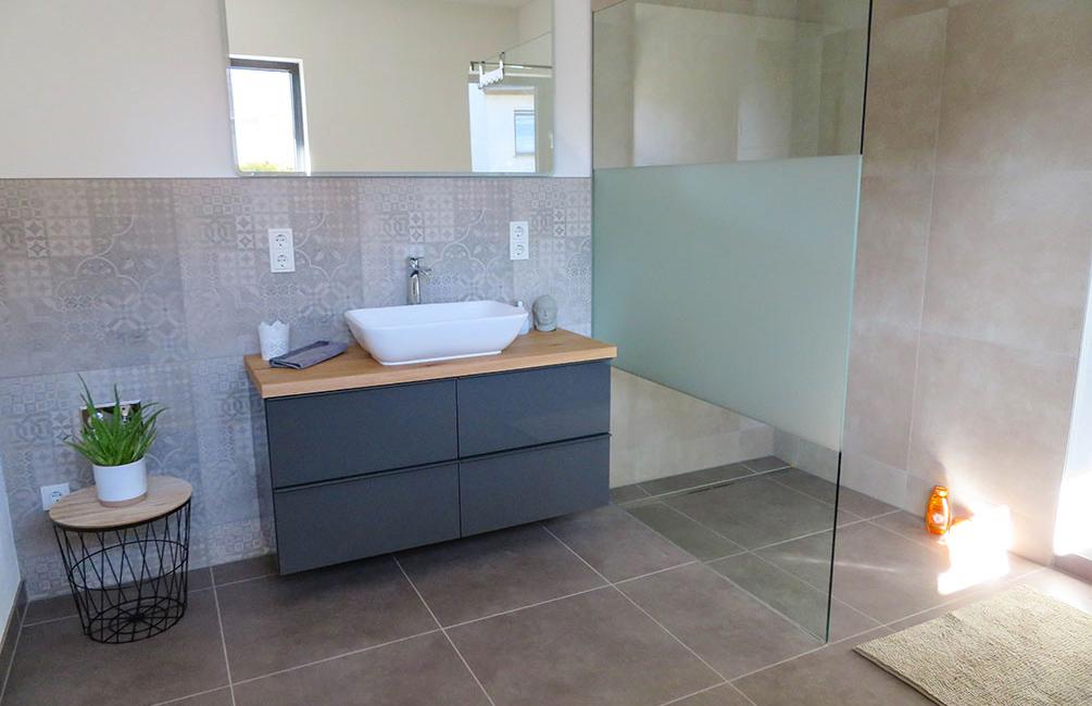 Mit der offenen Einrichtung gilt das obere Badezimmer als insgeheimes Highlight des Ferienhauses!