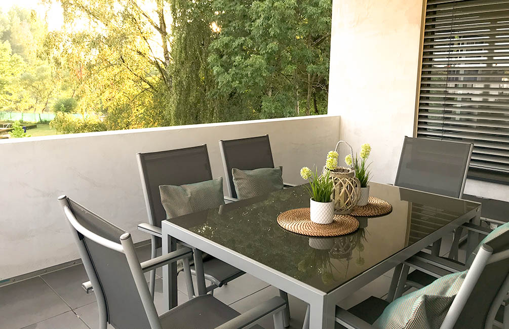 Der große und helle Wohn- und Essbereich erstreckt sich überdie große Küche hinaus bin die Natur aus.