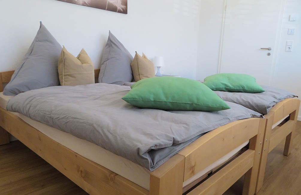 Die Einzelbetten im Gästezimmer lassen sich nach Belieben verschieben.