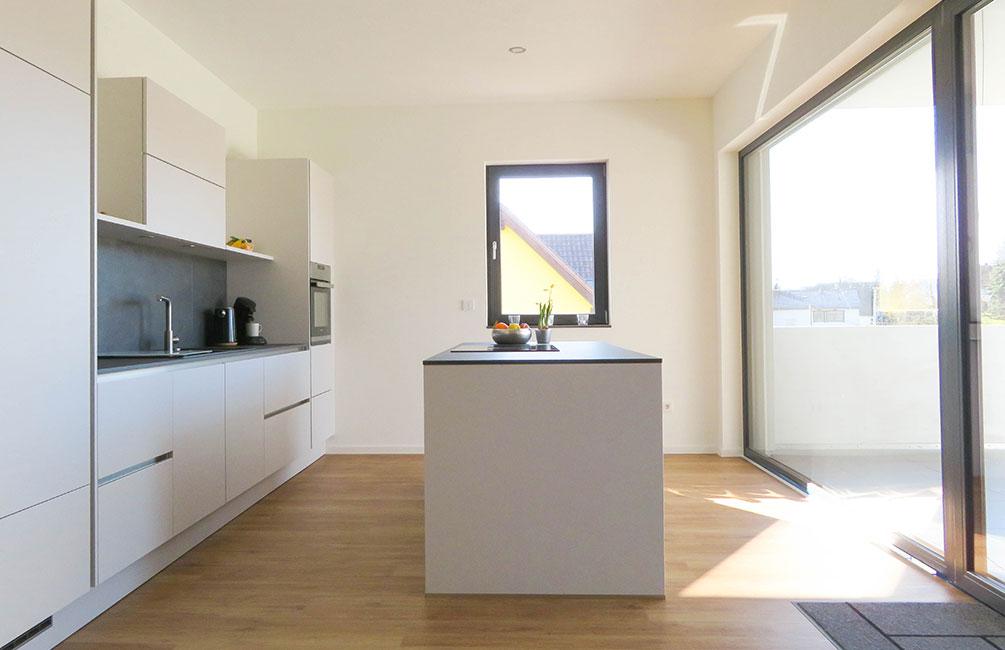 Die große Küche des Ferienhauses in minimalistischem Design ist mit wichtigen Utensilien ausgestattet.