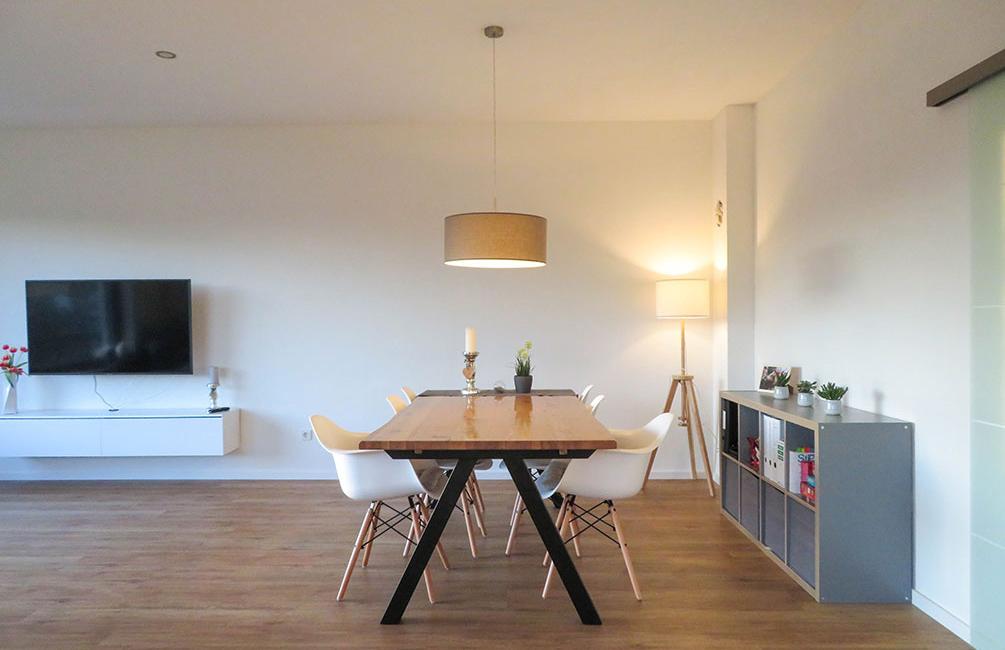 Die Holztafel steht als Mittelpunkt des offenen und hellen Wohnbereichs, bietet Platz für sechs Personen und eignet sich perfekt für Spieleabende und ausgedehnte Abendessen.